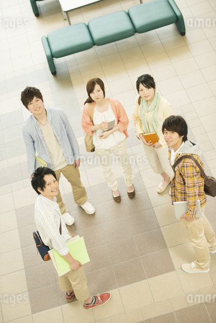 大学のロビーで微笑む大学生の写真素材 [FYI04555381]