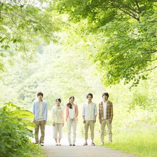 新緑の中で佇む大学生の写真素材 [FYI04555443]