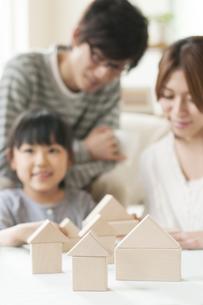 積み木と親子の写真素材 [FYI04555459]