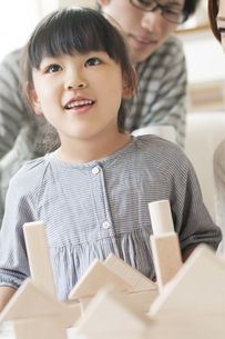 積み木をする女の子と父親の写真素材 [FYI04555465]