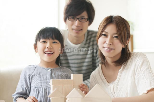 積み木をする女の子と両親の写真素材 [FYI04555473]