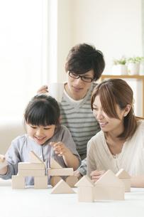 積み木をする女の子と両親の写真素材 [FYI04555474]