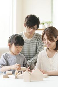 積み木をする女の子と両親の写真素材 [FYI04555476]