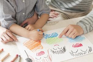 お絵描きをする親子の手元のイラスト素材 [FYI04555482]