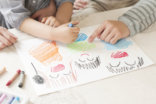お絵描きをする親子の手元のイラスト素材 [FYI04555483]