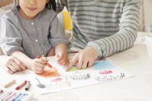お絵描きをする親子の手元のイラスト素材 [FYI04555484]