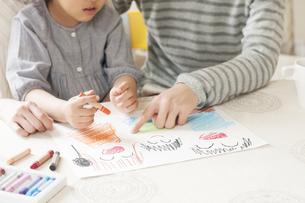 お絵描きをする親子の手元のイラスト素材 [FYI04555485]