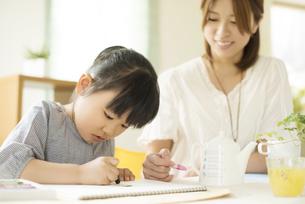 お絵描きをする女の子と母親の写真素材 [FYI04555502]