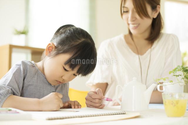 お絵描きをする女の子と母親の写真素材 [FYI04555506]