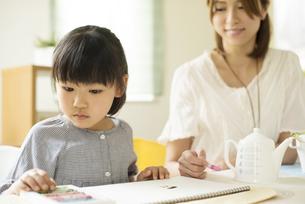 お絵描きをする女の子と母親の写真素材 [FYI04555508]