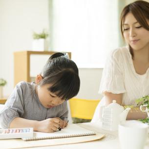 お絵描きをする女の子と母親の写真素材 [FYI04555509]