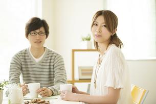微笑むカップルの写真素材 [FYI04555513]