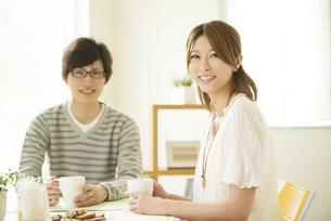 微笑むカップルの写真素材 [FYI04555514]