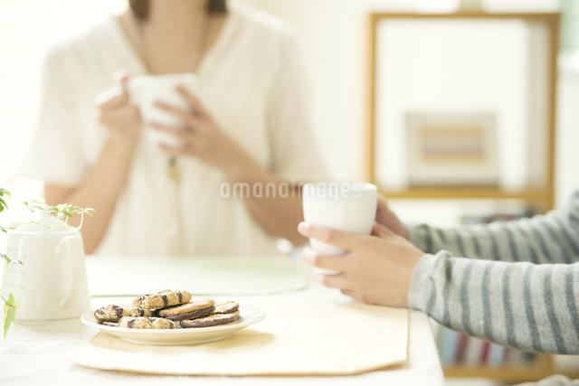 コーヒーを飲むカップルの手元の写真素材 [FYI04555522]