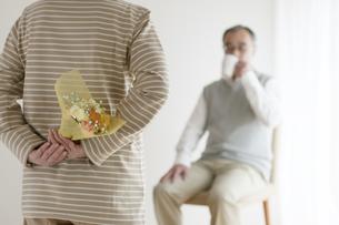 夫への花束を持つシニア女性の後姿の写真素材 [FYI04555531]