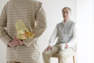 夫への花束を持つシニア女性の後姿の写真素材 [FYI04555532]