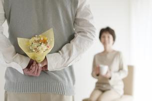 妻への花束を持つシニア男性の後姿の写真素材 [FYI04555533]