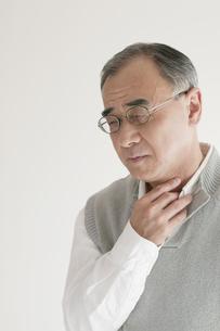 喉の痛みに悩むシニア男性の写真素材 [FYI04555537]