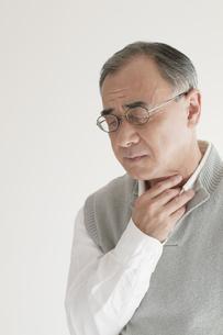 喉の痛みに悩むシニア男性の写真素材 [FYI04555538]
