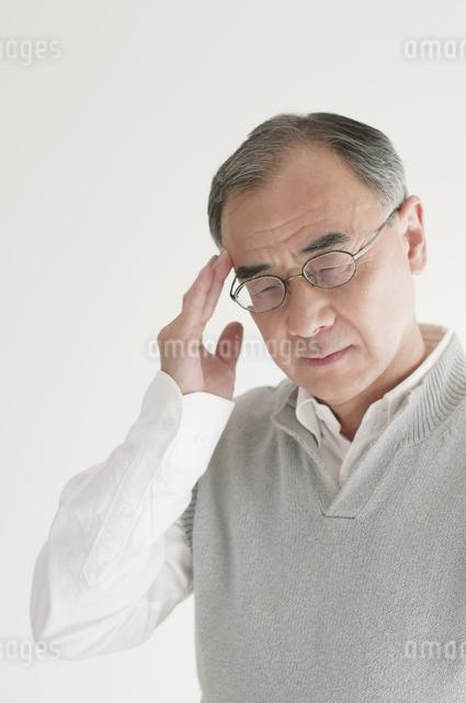 頭痛のするシニア男性の写真素材 [FYI04555543]