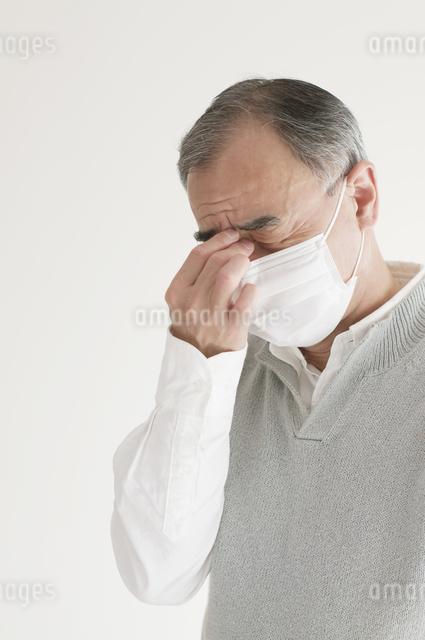 頭痛のするシニア男性の写真素材 [FYI04555544]