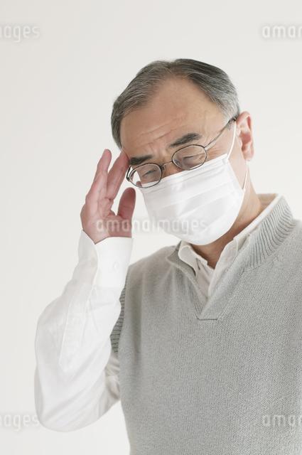 頭痛のするシニア男性の写真素材 [FYI04555548]