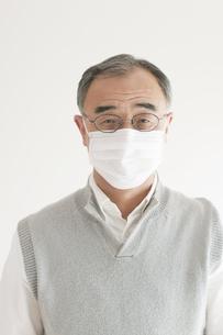 マスクをしたシニア男性の写真素材 [FYI04555551]