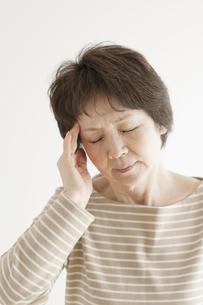 頭痛のするシニア女性の写真素材 [FYI04555553]
