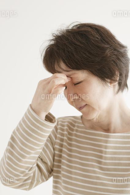 目の疲れに悩むシニア女性の写真素材 [FYI04555559]