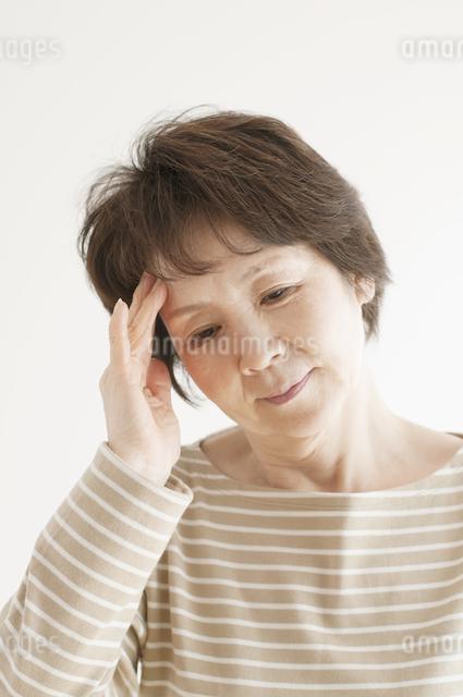 頭痛のするシニア女性の写真素材 [FYI04555560]