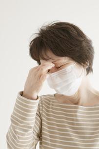 頭痛のするシニア女性の写真素材 [FYI04555562]