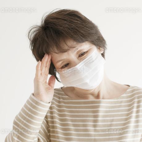 頭痛のするシニア女性の写真素材 [FYI04555564]
