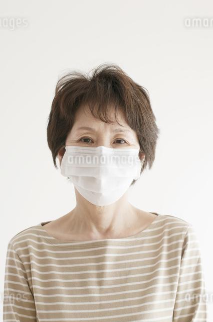 マスクをしたシニア女性の写真素材 [FYI04555568]