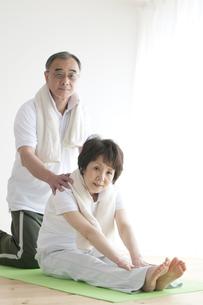 ストレッチをするシニア夫婦の写真素材 [FYI04555591]