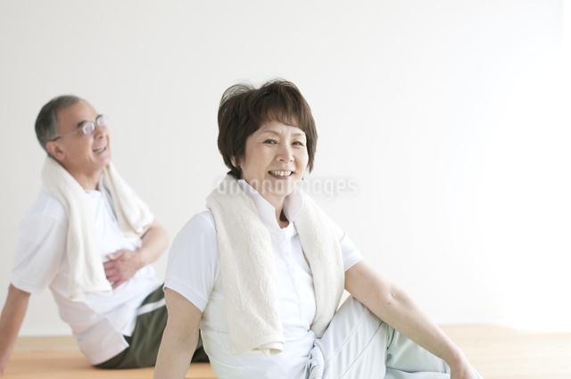 ストレッチをするシニア夫婦の写真素材 [FYI04555610]
