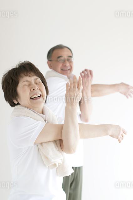 準備運動をするシニア夫婦の写真素材 [FYI04555623]