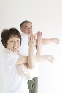 準備運動をするシニア夫婦の写真素材 [FYI04555626]