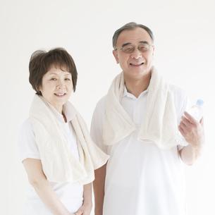 微笑むシニア夫婦の写真素材 [FYI04555654]
