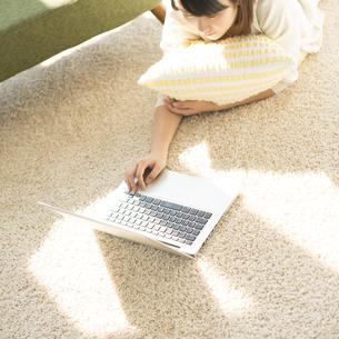 パソコン操作をする女性の写真素材 [FYI04555669]