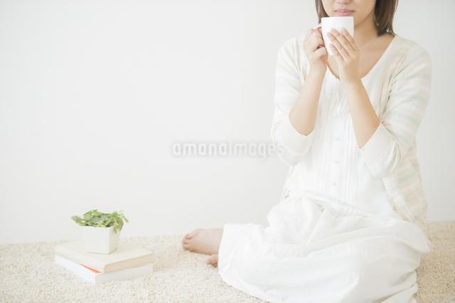 コーヒーカップを持つ女性の写真素材 [FYI04555696]