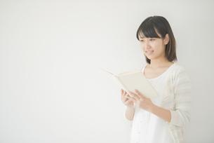 本を読む女性の写真素材 [FYI04555717]