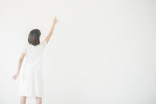 指差しをする女性の後姿の写真素材 [FYI04555737]