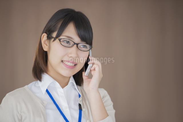 スマートフォンで電話をするビジネスウーマンの写真素材 [FYI04555793]