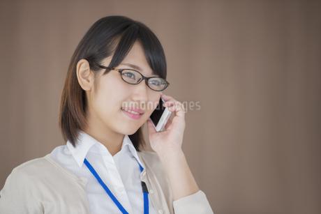 スマートフォンで電話をするビジネスウーマンの写真素材 [FYI04555794]