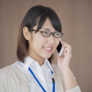 スマートフォンで電話をするビジネスウーマンの写真素材 [FYI04555795]