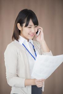 スマートフォンで電話をするビジネスウーマンの写真素材 [FYI04555804]