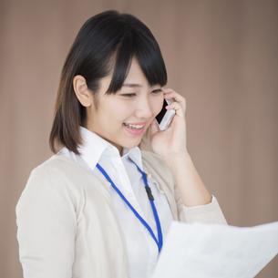 スマートフォンで電話をするビジネスウーマンの写真素材 [FYI04555805]