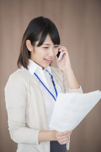 スマートフォンで電話をするビジネスウーマンの写真素材 [FYI04555806]