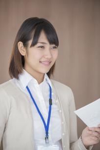 書類を持ち微笑むビジネスウーマンの写真素材 [FYI04555825]