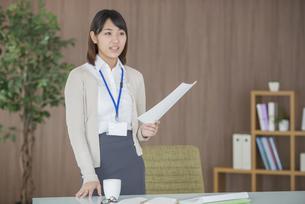 書類を持ち微笑むビジネスウーマンの写真素材 [FYI04555835]